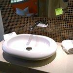 Bathroom water sink