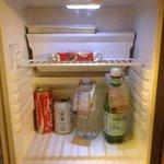 Le mini-frigo avec deux petites bouteilles offertes.