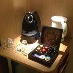 Machine à café Nespresso dans la chambre ainsi que thé.