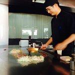 El cocinero muy amable y atento