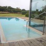 La piscine privative directement devant la villa.