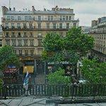 Вид из номера на бульвар Монмартр