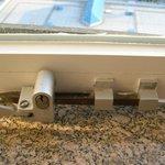 beschädigte Fensterhalterung