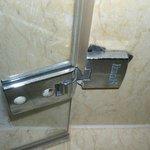beschädigte Duschtürhalterung