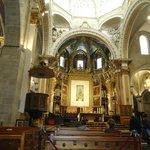 Altar con pinturas del siglo XVII.