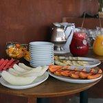 на завтрак всегда фрукты и свежевыжатый сок