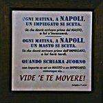 Un po' di sana allegria napoletana appesa ai muri di Leone