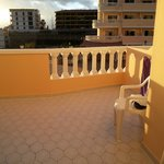 Il balcone vista piscina e mare