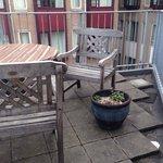 Terrasse avec mégots de cigarette offerts dans les plantes, Eden Hôtel, Amsterdam
