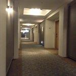 廊下。突き当りにBiz centerあり。