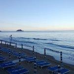 spiaggia a 50 mt dall'hotel lato est