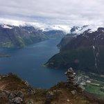 Utsikt fra Lynghalstinden 1100 moh mot Sæbø og Hjørundfjorden