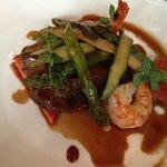 Hauptspeise, Steak mit Scampi und Gemüse