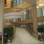 lobby com escada de filme...