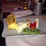 Dessert gelato con frutta