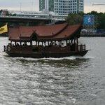 Barco de acercamiento a centros comerciales