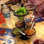 Totopos frijoles y salsas