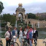 groepsfoto met Nicole bij de prachtige fontein in het stadspark