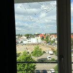 Gesprunges Fenster und Panorama über Aldi-Parkplatz