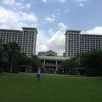 Вид на отель с лужайки