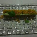 sashimi con aguacate y crujiente de kikos