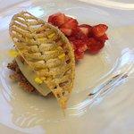 Jordbær, skovmærke og is på brunet smør og brun farin