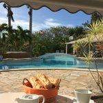 Petit déjeuner avec vue sur la piscine