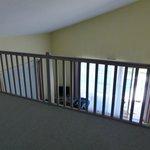 Zicht bovenverdieping op salon gelijkvloers.