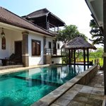 La piscine est au coeur de la villa !
