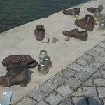 Τα παπούτσια δεν είναι των θυμάτων όπως νομίζουν μερικοί, αλλά κάποια που συγκεντρώθηκαν αργότερ
