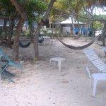Sillas de playa, hamacas,mesas, grill ,duchas externas para la arena