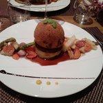 La Sphère de joue de boeuf croustillante, coeur de foie gras, jus corsé et pomme Anna.