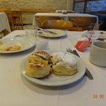 Café da manhã com muitos pães doces