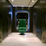 atrio ascensori con poltrona