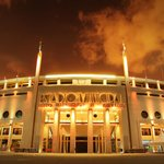 Fachada do estádio do Pacaembu iluminada à noite  (Foto: Divulgação)