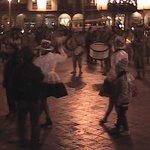 De fiesta por la noche en el Parque Central de Cusco