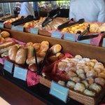 Petit déjeuner : enfin une large sélection de pain et de vrais croissants
