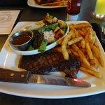 Sirloin Steak mit Fries und Salat mit Balsamico Vinaigrette.
