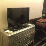 Телевизор с плоским экраном, которым так гордятся все отели :)