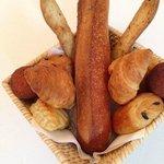 corbeille de viennoiseries et pains maisons