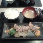 Tranche de thon mi-cuit, sauce caramélisée, julienne de légumes, riz et soupe miso