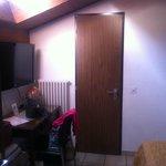 photo depuis porte chambre, fenêtre sur toit, porte salle bain