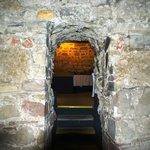 original historische Baseler doppelte Stadtmauer im Weinkeller, durch Zufall bei Kellergrabung e