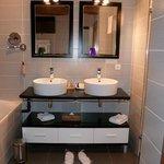 La très grande salle de bain