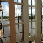 Blick vom Balkon auf Fluss (seitlich)