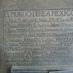 Pequeno mural onde Rivera relaciona o que o mundo deve ao México