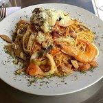 Espaguetis con frutos de mar (camarones, langostinos, anillos de calamar, pulpo, choritos en con