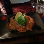 antipasto a base di filetti di salmone accompagnata da formaggio e verdure