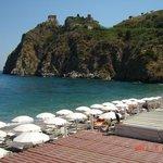 Zicht op strand en Capo met kasteel