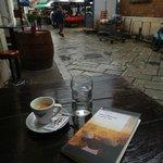 un caffè accanto al mercato